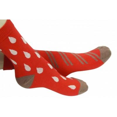 Chaussettes rouges petites et grosses gouttes