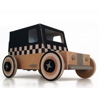 Voiture taxi en carton à l'énergie solaire