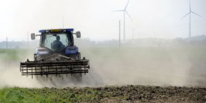 Tracteur pulvérisant des pesticides